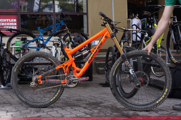 2014-Banshee-Darkside-180mm-park-mountain-bike01-600x399