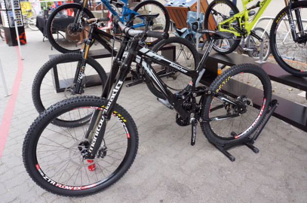 2014-Banshee-Legend-650B-DH-mountain-bike01-600x398