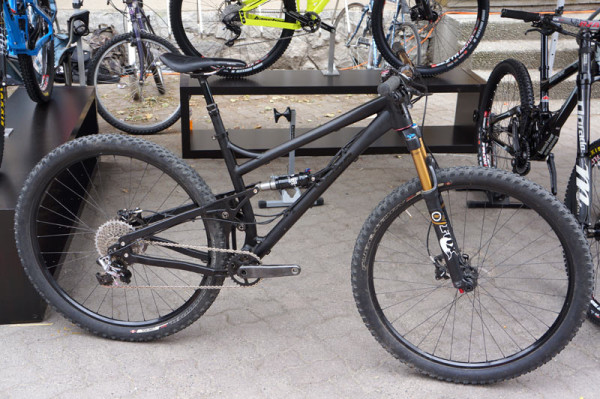2014-Banshee-Phantom-100mm-29er-trail-mountain-bike01-600x399